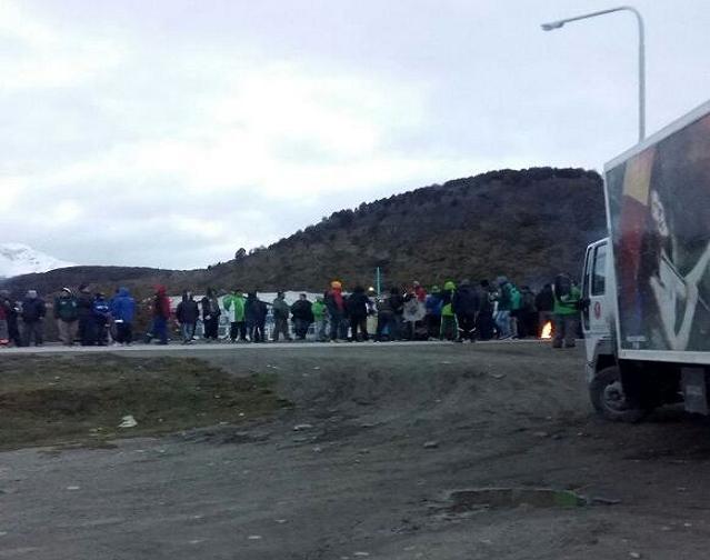 Gremios realizan un bloqueo en la Rotonda del Indio en el acceso a la ciudad de Ushuaia. Foto: Twitter Natalia Caso.