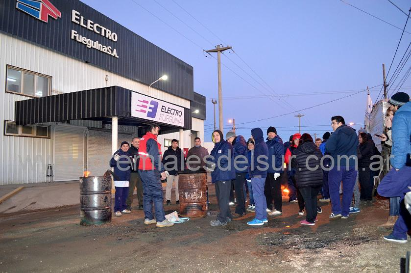 Trabajadores metalúrgicos en la fábrica Electrofueguina.