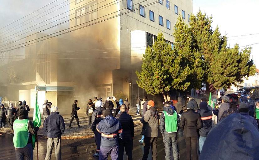 Manifestantes atacaron el frente de la Cámara de Diputados con quema de cubiertas y pedradas. Personal de Guardia de la Infantería respondió con gases lacrimógenos y balas de goma.