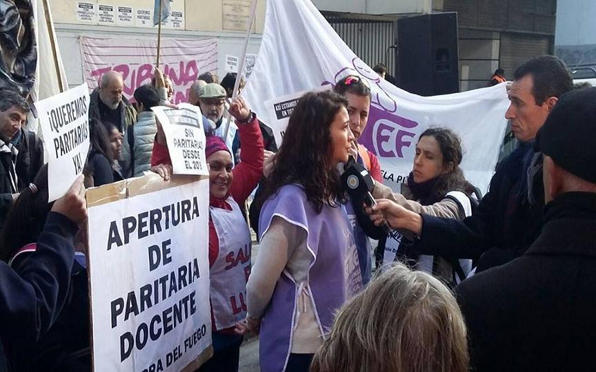 Verónica Andino, Secretaria Adjunta provincial del SUTEF de Tierra del Fuego, explica a medios nacionales la situación de los docentes fueguinos.
