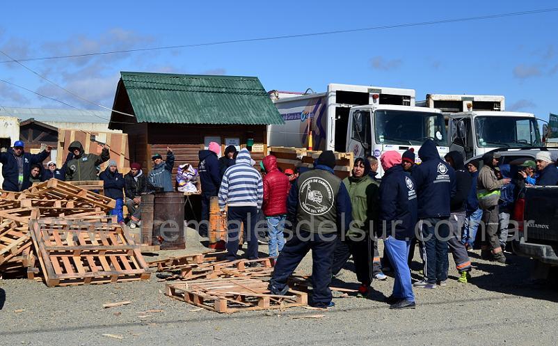 En Río Grande, Camioneros se suma al paro de Agrotécnica por la falta de pago del aguinaldo a los trabajadaores de Ushuaia.