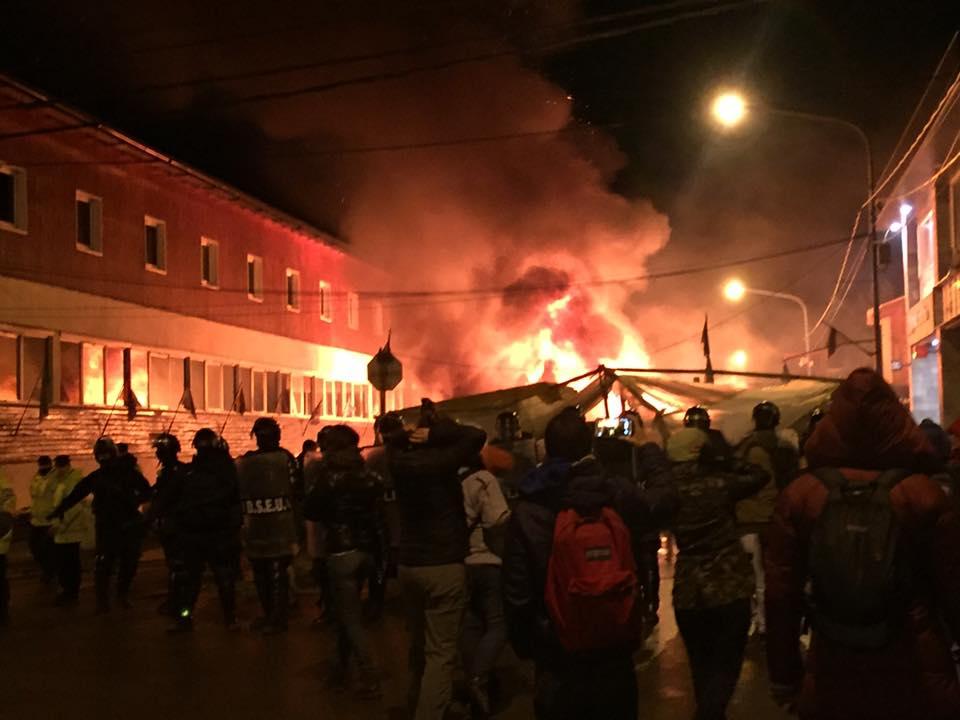 Con descripciones y relatos ajenos a la realidad, el Juez Javier de Gamas Soler, procesó a otros dos manifestantes por el desalojo de las carpas frente a la Casa de Gobierno en Ushuaia.