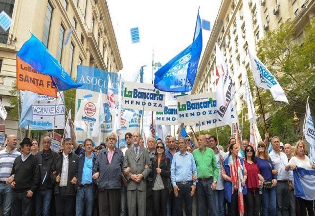 """Los Bancarios piden la repaertura de paritarias y que la CGT promueva un paro general. También piden """"la declaración de la emergencia ocupacional y social""""."""