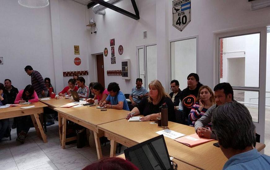 Los docentes de Santa Cruz se movilizan este martes 13 diciembre junto a la Mesa Sindical en reclamo por el pago de salarios, entre otros temas.